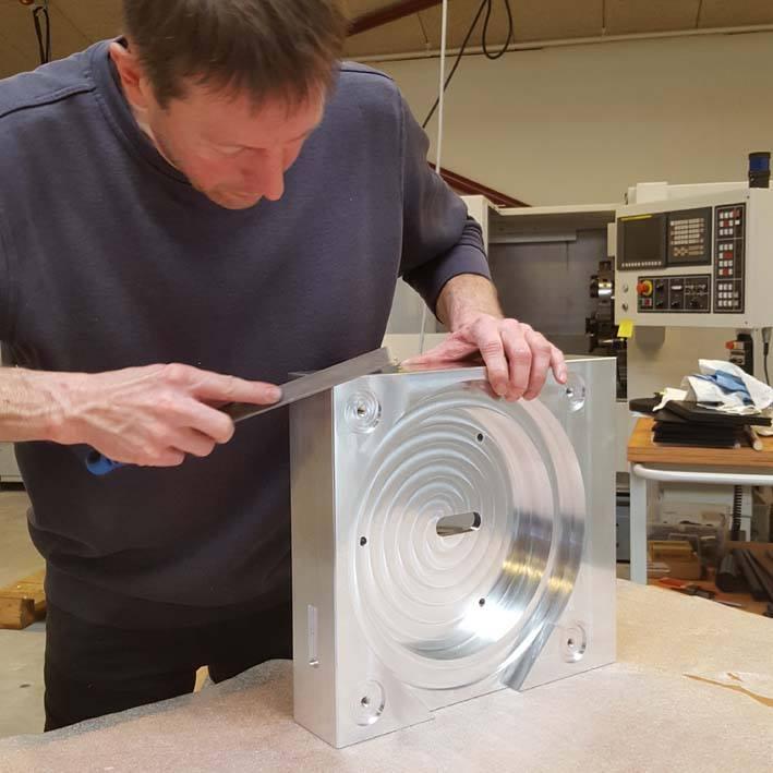 27 kg massiv aluminium block transforms into a Galder plinth.3.jpg