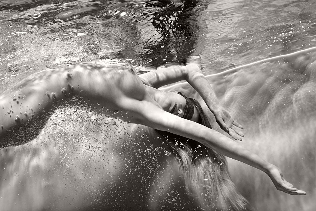 black-and-white-underwater-nudes-by-harry-fayt-03.jpg