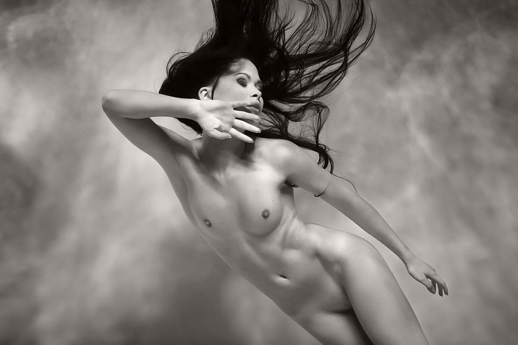 black-and-white-underwater-nudes-by-harry-fayt-06.jpg