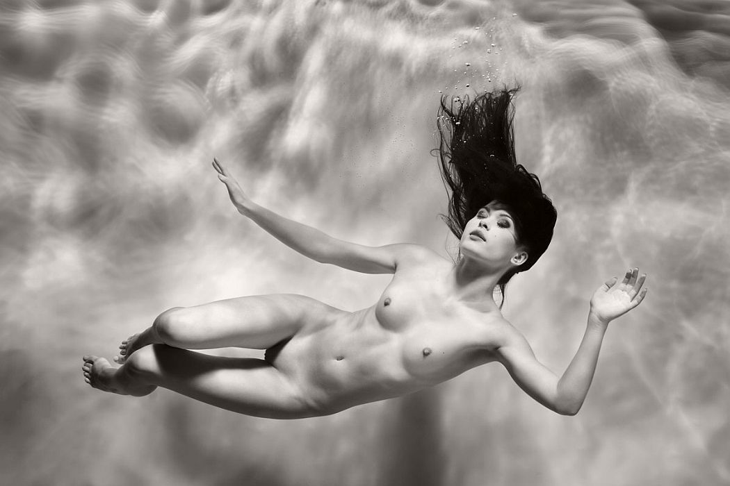 black-and-white-underwater-nudes-by-harry-fayt-07 (1).jpg