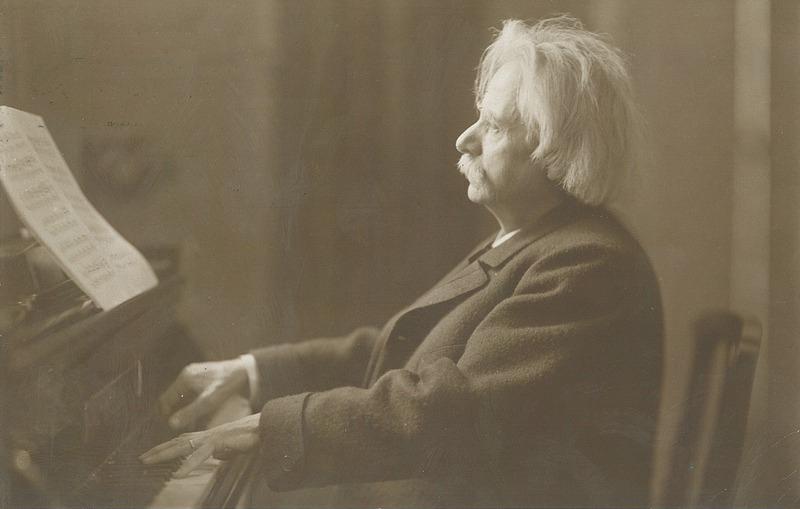 Navn:      Edvard_Grieg_with_grand_piano,_c._1900.jpeg Visninger: 243 Størrelse: 115.1 Kb
