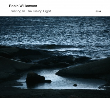 Navn:      robin-williamson-trusting-in-the-rising-light-w-mat-maneri-c_2_2014-11-14-17-20-21.jpg Visninger: 664 Størrelse: 52.6 Kb