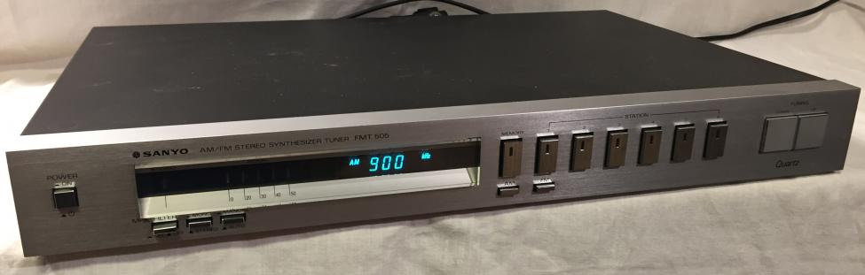 Navn:      Sanyo AM-FM Stereo Synthesizer Tuner FMT 505 (1).jpg Visninger: 909 Størrelse: 30.6 Kb