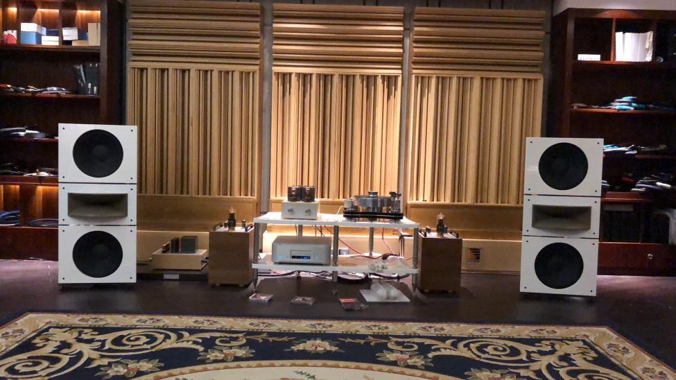 Navn:      Trio15-Horn1-Open-Baffle-Speakers-by-PureAudioProject-with-Thomas-Mayer-amp-1.jpg Visninger: 449 Størrelse: 92.7 Kb