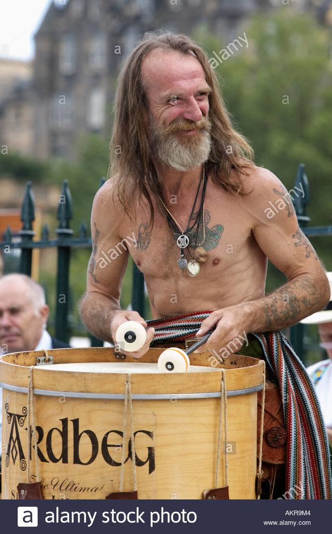 tubardh-stormcrow-wilson-of-the-folk-group-clann-an-drumma-playing-AKR9M4.jpg